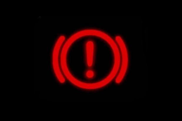 kontrolka z wykrzyknikiem, czerwone kontrolki w samochodzie