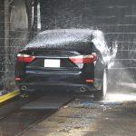 Jak myć samochód – na myjni bezdotykowej, automatycznej czy ręcznie?