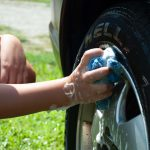 Czym umyć samochód? Skuteczne środki bezpieczne dla lakieru